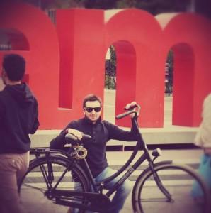 Paolo Ruffino cola sua bici a Museumplein, Amsterdam