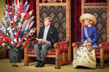 2016-09-20 12:28:32 DEN HAAG - Koning Willem-Alexander leest, met aan zijn zijde koningin Maxima, de troonrede voor op Prinsjesdag aan leden van de Eerste en Tweede Kamer in de Ridderzaal. ANP ROYAL IMAGES SANDER KONING