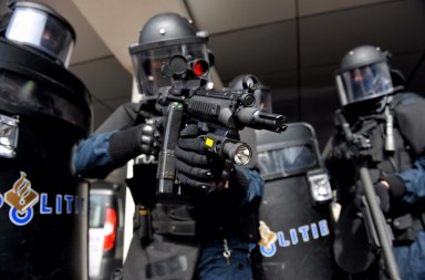 dutch-police-arrest-team-1024x681